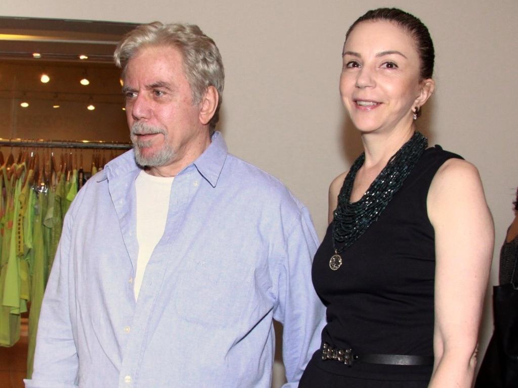Reginaldo Faria vai com a mulher à estreia para convidados da peça