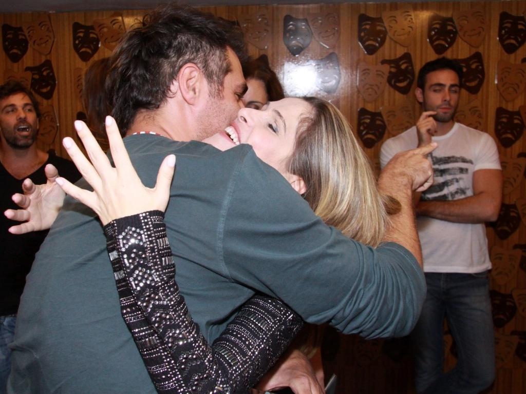 Thiago Lacerda abraça Ingrid Guimarães na estreia para convidados da peça