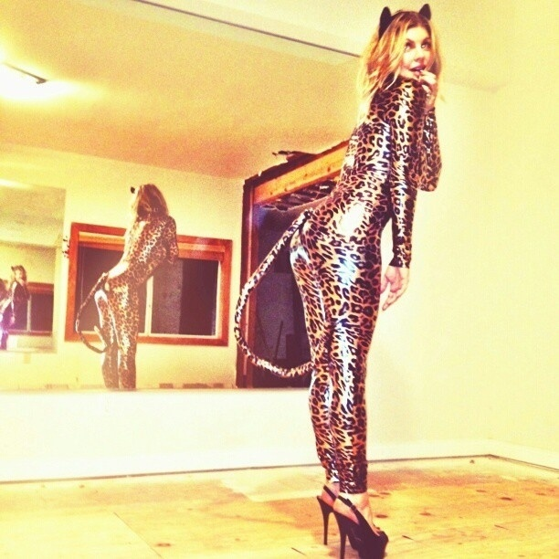 A cantora Fergie publicou em seu Twitter uma foto com uma fantasia de oncinha para o Halloween.
