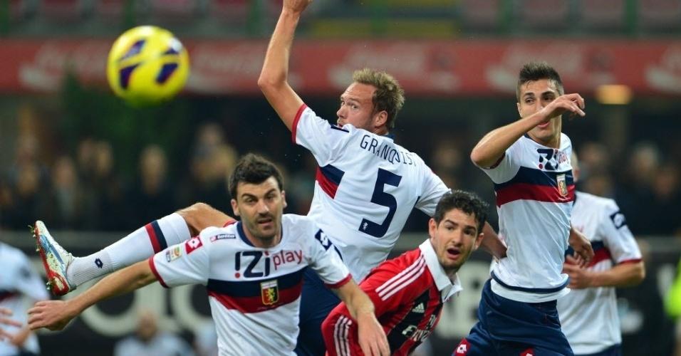 Alexandre Pato, atacante brasileiro do Milan, luta pela bola contra três defensores do Genoa, pelo Campeonato Italiano