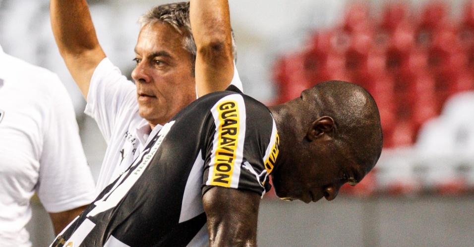 Botafogo goleou o lanterna Atlético-GO por 4 a 0, mas Seedorf deixou o campo do Engenhão lesionado e chorando