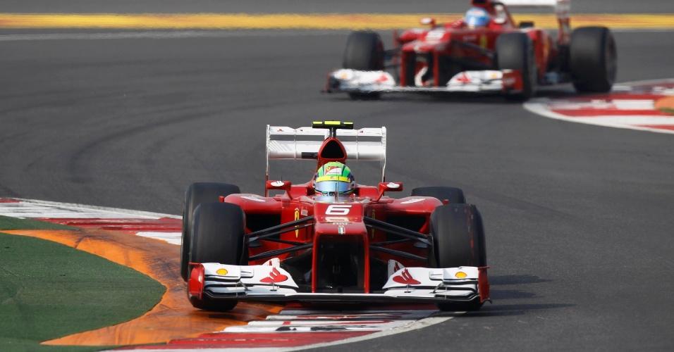 Felipe Massa dirige sua Ferrari no treino classificatório para o GP da Índia, seguido de perto por Fernando Alonso