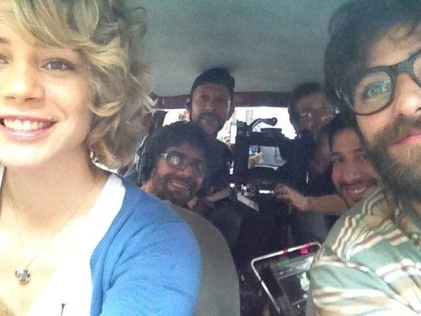A atriz Leandra Leal publicou em seu Twitter uma foto do primeiro dia de filmagem do longa