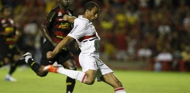 Lucas, do São Paulo, tenta jogada na vitória por 4 a 2 sobre o Sport, pela 33ª rodada do Brasileirão