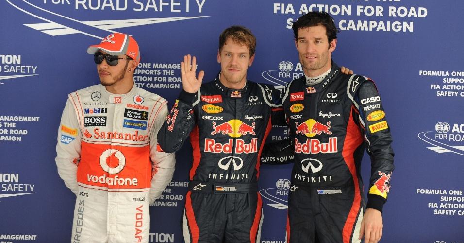 Sebastian Vettel, pole do GP da Índia, acena ao lado de Mark Webber e Lewis Hamilton, 2º e 3º, respectivamente