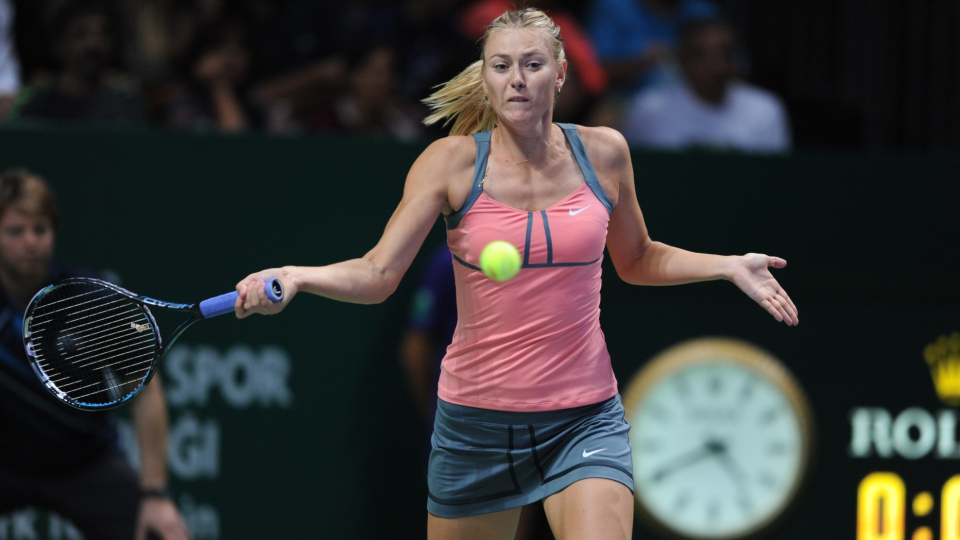 Sharapova prepara forehand na segunda semifinal do Masters de Istambul