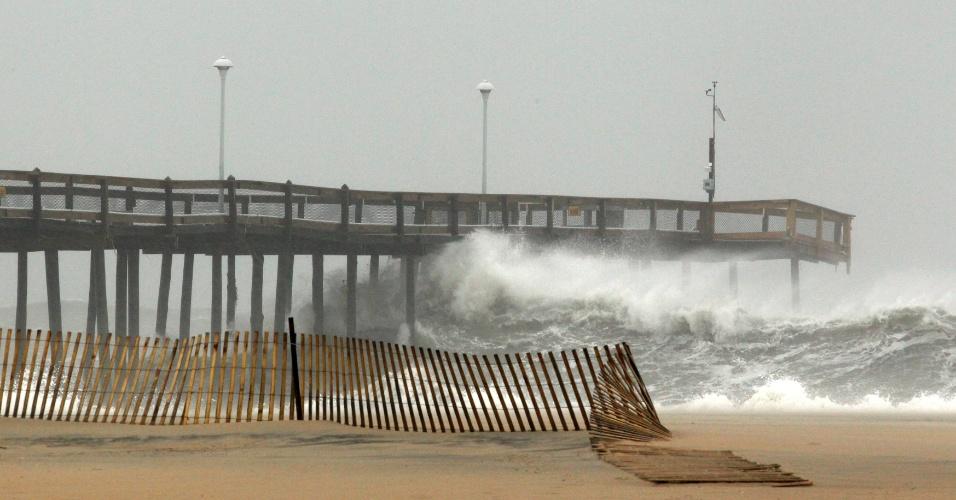 28.out.2012 - Fortes ondas atingem cais na cidade de Ocean City, no Estado de Maryland, nos EUA, neste domingo (28). Dezenas de milhões de moradores da costa leste do país se preparam para a chegada do furacão Sandy. Em Ocean City, imóveis situados nas partes vulneráveis da cidade foram desocupados