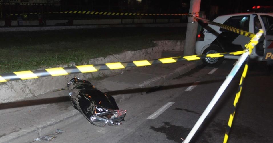 28.out.2012 - Imagem mostra corpo de jovem assassinado com vários tiros em Aricanduva, São Paulo (SP)
