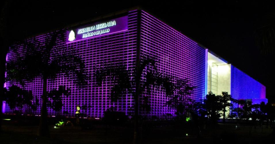 """28.out.2012 - O Palácio 9 de Julho, no bairro do Ibirapuera, em São Paulo (SP), ganha iluminação especial por ocasião da campanha internacional """"Outubro Rosa"""", de combate ao câncer de mama"""