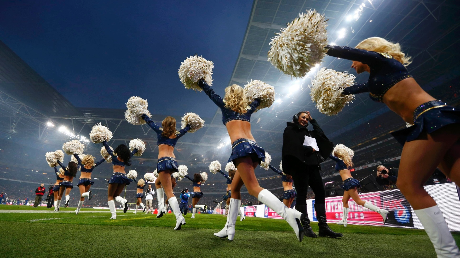 Cherleaders entram no campo de Wembley antes  jogo da NFL (28/10/2012)