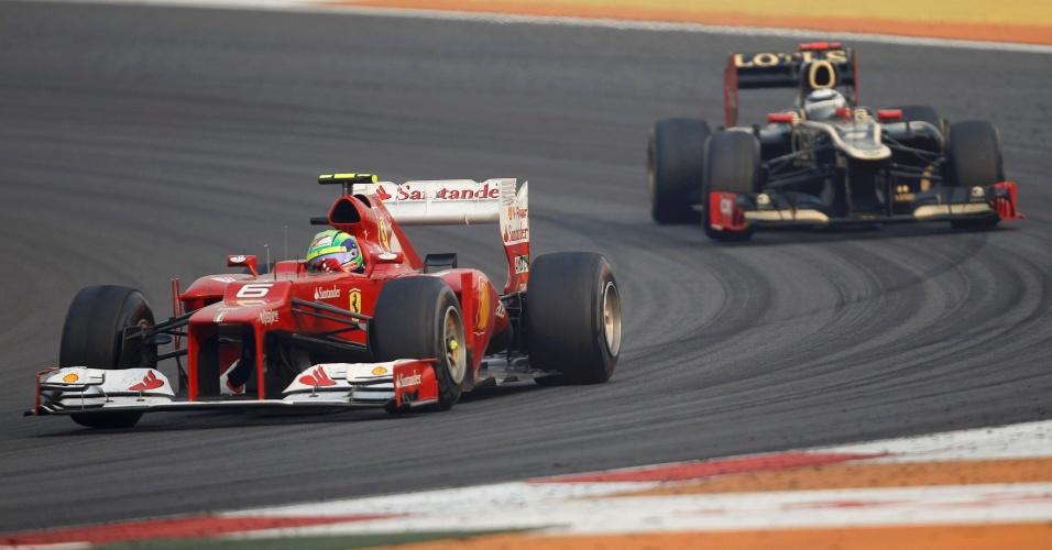 Felipe Massa tenta levar sua Ferrari à frente de Kimi Raikkonen, de quem sofreu pressão durante todo o GP da Índia