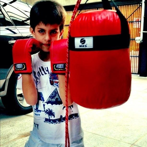 Henri Castelli publica imagem do filho lutando boxe (28/10/2012)