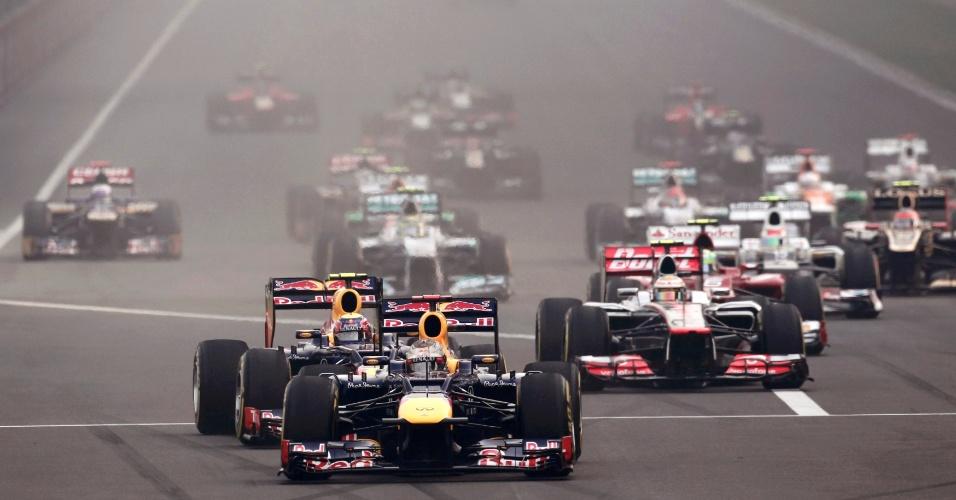 Imagem da largada na Índia, que teve a defesa de posição de Vettel e uma manobra ousada de Fernando Alonso
