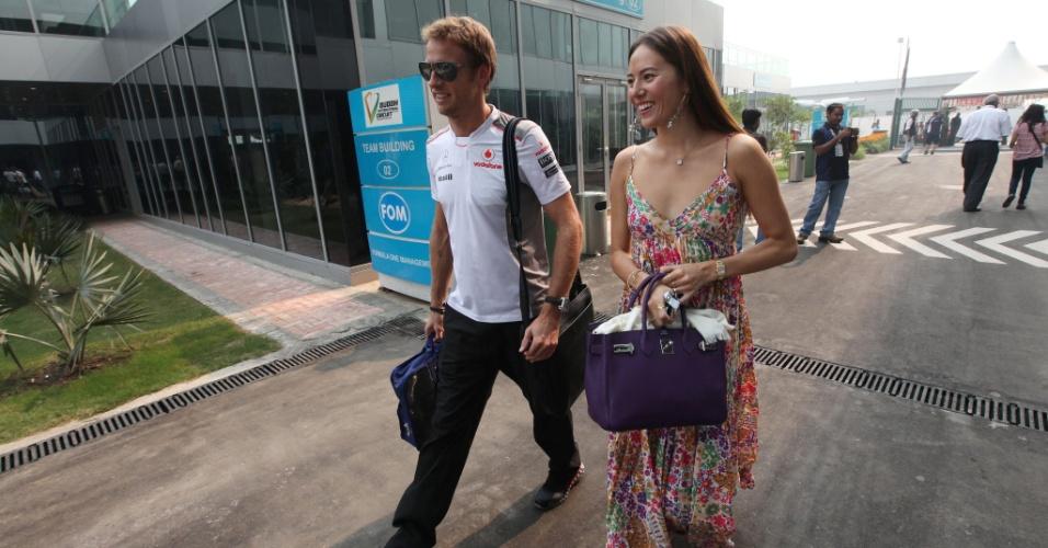 28.out.2012 - Jenson Button, da McLaren, chega ao autódromo de Buddh, na Índia, acompanhado da namorada Jessica Michibata