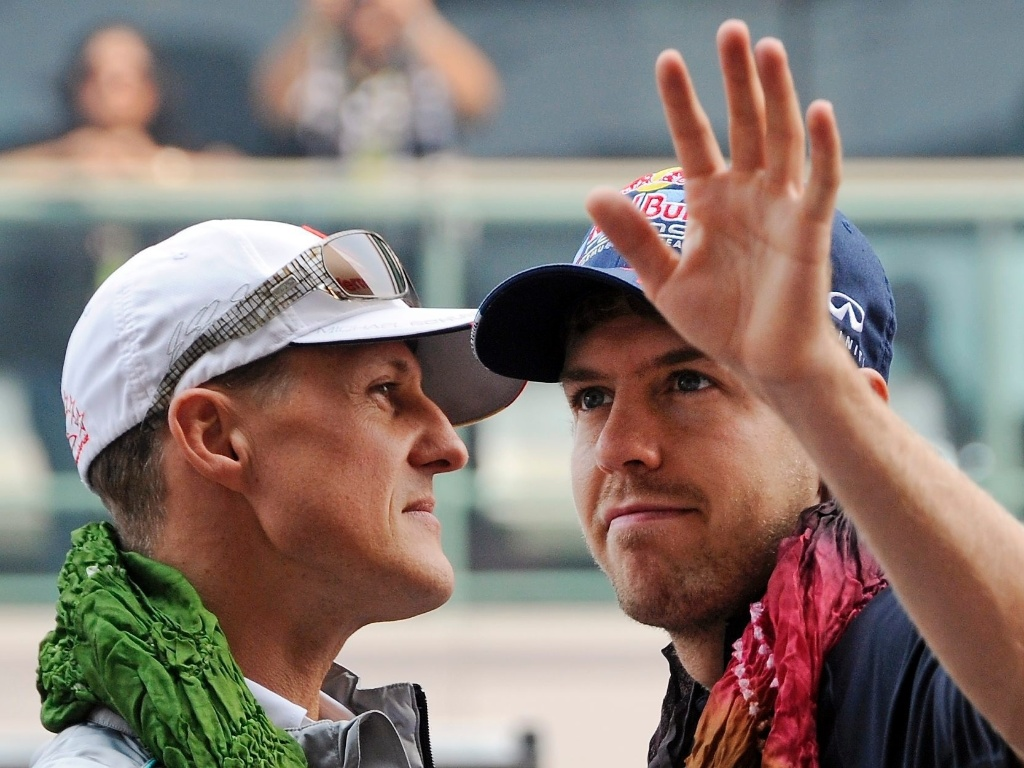 Michael Schumacher e Sebastian Vettel acenam para o pblico indiano na parada dos pilotos