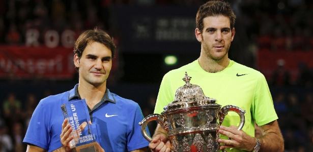Roger Federer e Juan Martin Del Potro posam com os troféus do ATP 500 da Basileia