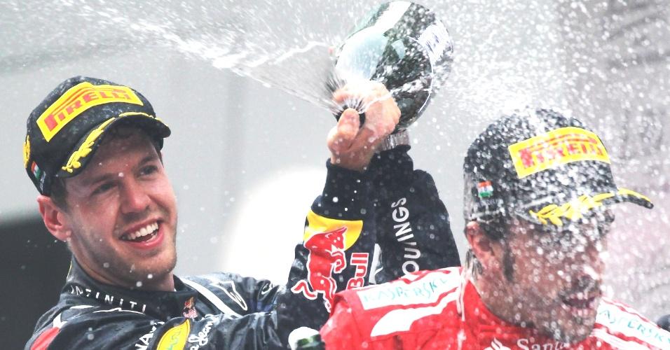 Sebastian Vettel comemora a vitória no GP da Índia com Fernando Alonso, segundo na prova e seu principal rival na luta pelo título da Fórmula 1