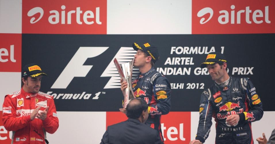 Sebastian Vettel, da Red Bull, beija o troféu que ganhou no GP da Índia, que venceu de ponta a ponta