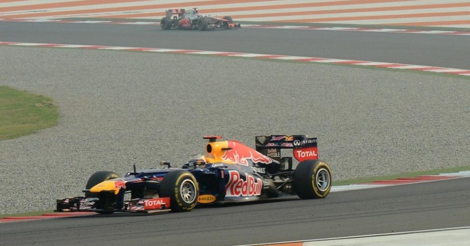 Sebastian Vettel se distancia do pelotão na liderança do GP da Índia