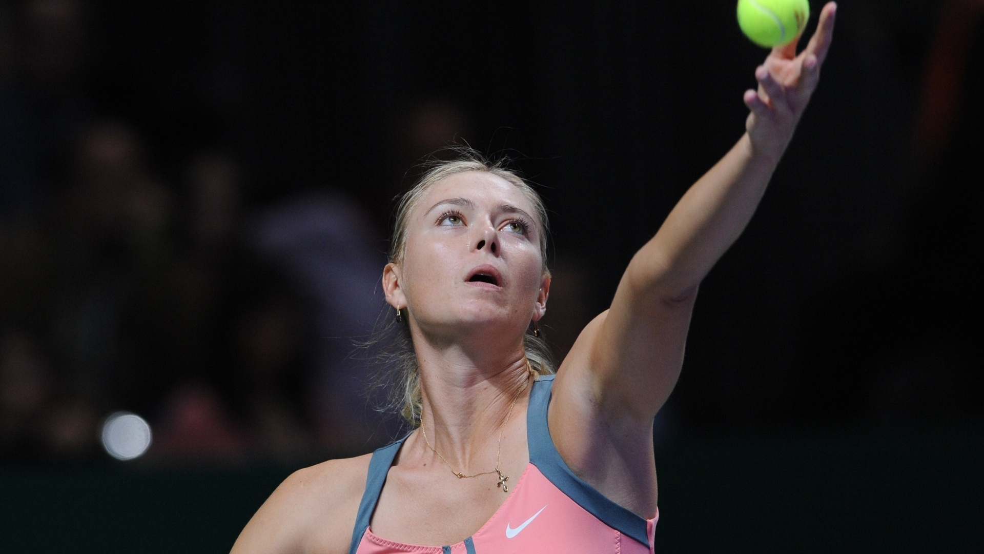 Sharapova prepara saque na final do Masters de Istambul