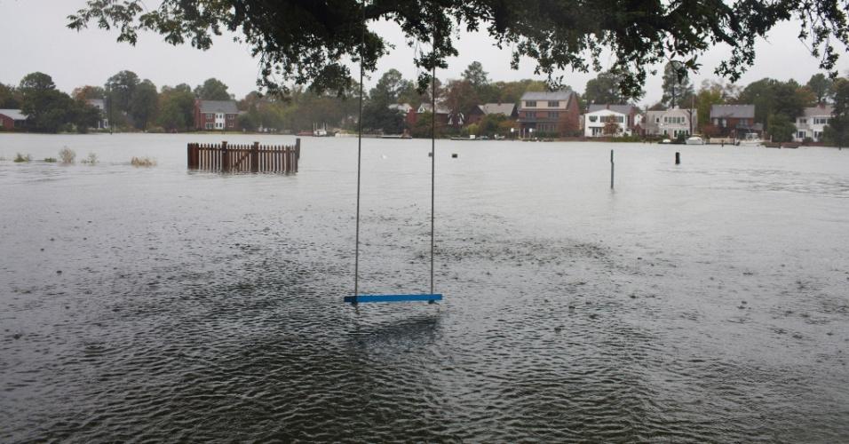 29.out.2012 - Água do mar invade parque na costa da cidade de Norfolk, na Virgínia, com a aproximação do furacão Sandy da costa leste dos EUA, nesta segunda-feira