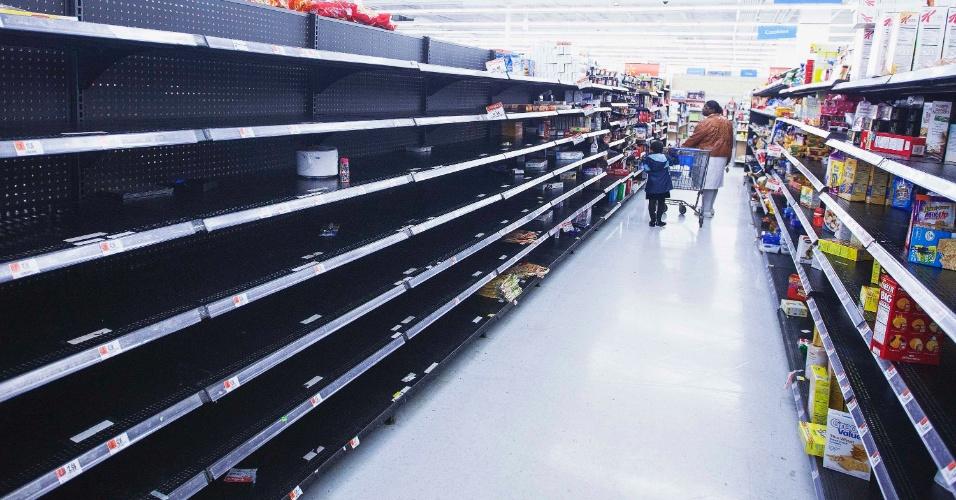 28.out.2012 - Corredor de uma loja da rede Wal-Mart em Riverhead, Nova York, é esvaziado conforme as pessoas se preparam para a passagem do furacão Sandy pelo Estado. Depois de se fundir a outra tempestade vinda do Ártico e ganhar força, Sandy vem sendo chamado de 'Frankenstorm'