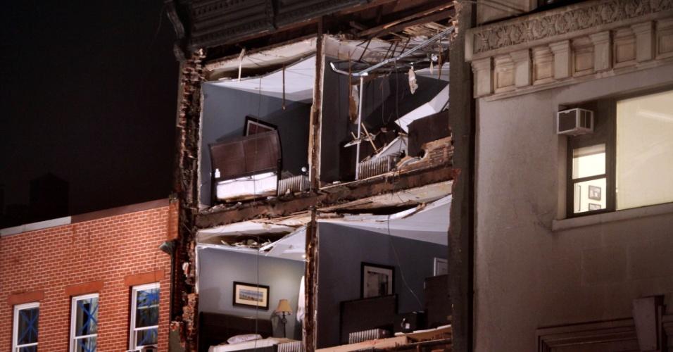 29.out.2012 - Parte de prédio desaba em Nova York, nos Estados Unidos. As cidades da costa leste do país já sofrem com chuvas e ventos fortes, em razão da aproximação do furacão Sandy. O fenômeno pode afetar cerca de 60 milhões de pessoas, afirmou a empresa United States National Grid, que fornece energia aos Estados Unidos