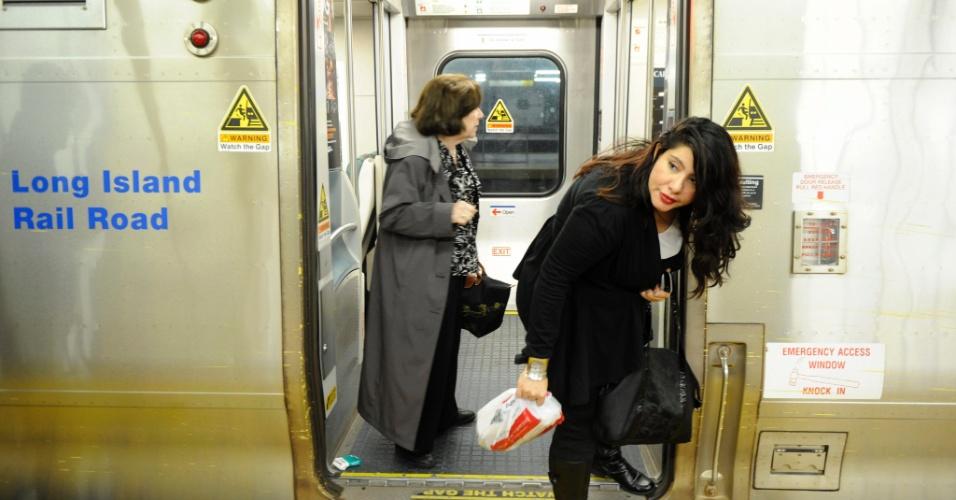 29.10.2012 - Usuário da linha que liga Nova York a Long Island embarca na estação Penn antes da suspensão do serviço por causa do furacão Sandy, que deve atingir todo o leste dos EUA