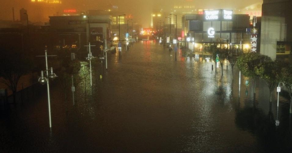 29.out.2012 - As ruas de Atlantic City, nos Estados Unidos, ficaram alagadas pelas chuvas que chegam com a aproximação do furacão Sandy. As cidades da costa leste do país já sofrem com chuvas e ventos fortes. O fenômeno pode afetar cerca de 60 milhões de pessoas, afirmou a empresa United States National Grid, que fornece energia aos Estados Unidos