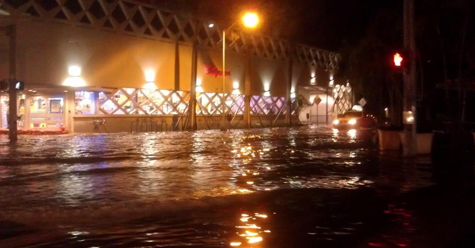 29.out.2012 - Avenida da cidade de Miami (EUA) ficou inundada por causa da passagem do furacão Sandy, que se encontra no Atlântico, na altura da Carolina do Norte