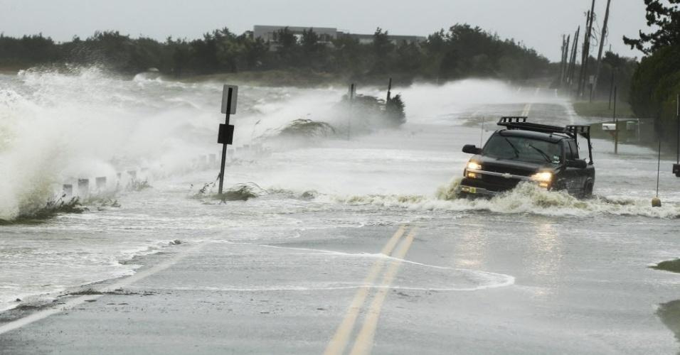 29.out.2012 - Caminhoete anda por rua alagada em Southampton, nos Estados Unidos. As cidades da costa leste do país já sofrem com chuvas e ventos fortes, em razão da aproximação do furacão Sandy. O fenômeno pode afetar cerca de 60 milhões de pessoas, afirmou a empresa United States National Grid, que fornece energia aos Estados Unidos