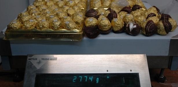 29.out.2012 - Duas mulheres tailandesas foram presas no aeroporto internacional de Guarulhos ao tentarem embarcar rumo a Barcelona, com destino final em país asiático, carregando cerca de 2,8 quilos de cocaína. A droga estava escondida em 96 cápsulas embaladas e acondicionadas dentro de bombons