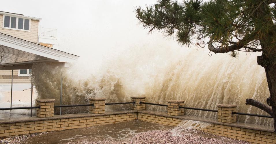 29.out.2012 - Fortes ondas arrebentam em muro de restaurante em Milford, no Estado de Connecticut, nos Estados Undios