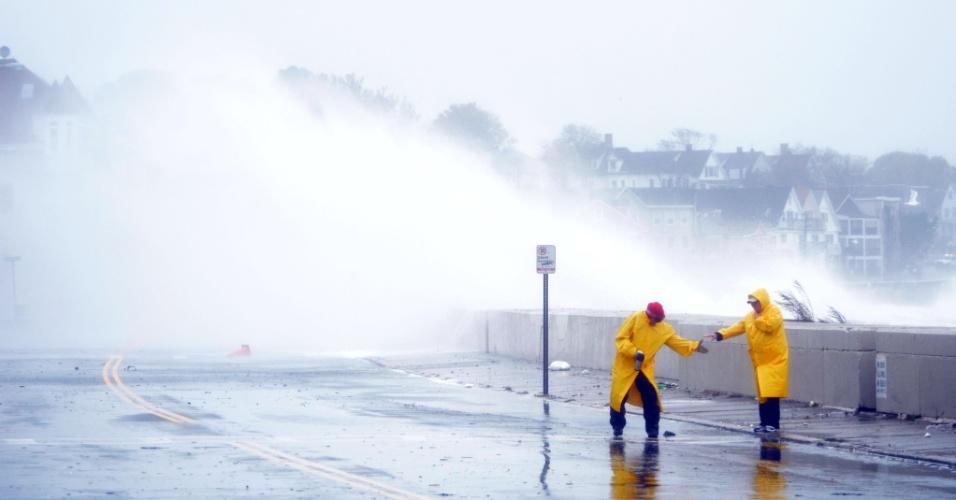 29.out.2012 - Fortes ondas estouram na costa de Winthrop, no Estado de Massachusetts (EUA), nesta segunda-feira (29). A passagem do furacão Sandy deixa em alerta cerca de 50 milhões de pessoas que vivem na costa leste dos Estados Unidos