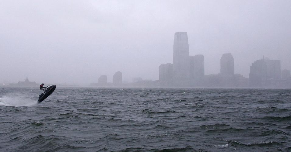 29.out.2012 - Homem anda de jet ski em águas ao redor de Nova York pouco antes da chegada do furacão Sandy à cidade. O fenômeno pode afetar cerca de 60 milhões de pessoas, afirmou a empresa United States National Grid, que fornece energia ao país
