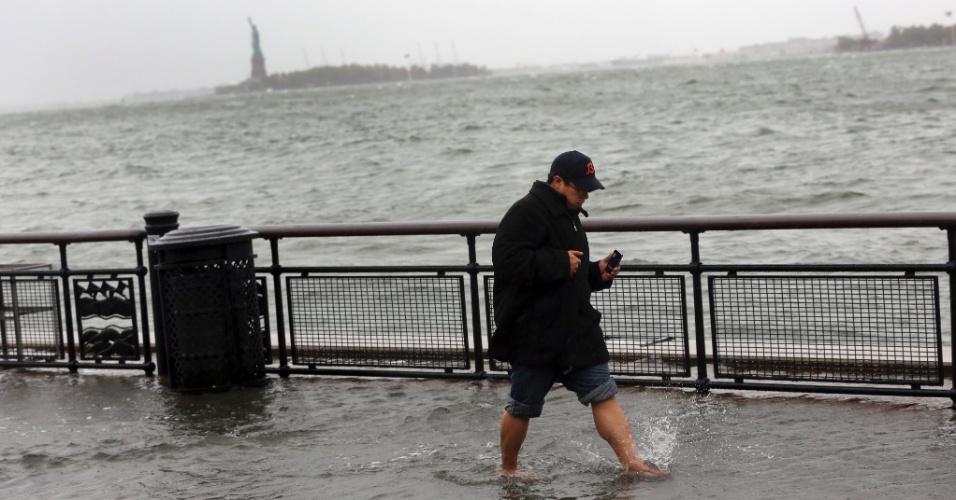 29.out.2012 - Homem caminha em área inundada do bairro Battery Park, em Nova York