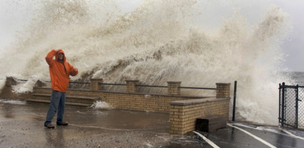 Ondas estouram na costa de Milford com a chegada do furacão Sandy, nos Estados Unidos