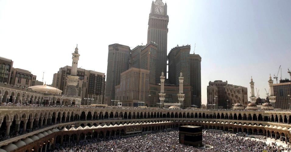 http://imguol.com/2012/10/29/29out2012---peregrinos-circulam-a-caaba-e-rezam-na-grande-mesquita-em-meca-arabia-saudita-durante-os-ultimos-dias-de-peregrinacao-anual-do-hajj-1351532100401_956x500.jpg