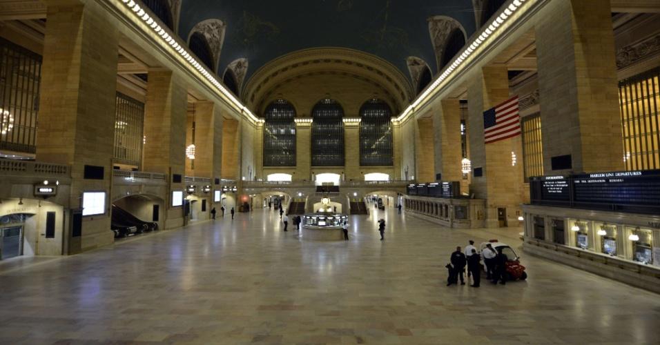 29.out.2012 - Policiais observam a estação Grand Central, de trens, ônibus e metrô de Nova York, vazia, após a suspensão dos serviços, neste domingo (28), em preparação da passagem do furacão Sandy