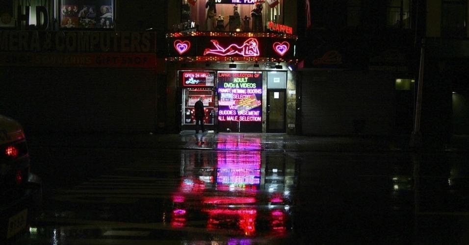 29.out.2012 - Rua de sex shop é alagada em área perto da Times Square, em Nova York. As cidades da costa leste do país já sofrem com chuvas e ventos fortes, em razão da aproximação do furacão Sandy. O fenômeno pode afetar cerca de 60 milhões de pessoas, afirmou a empresa United States National Grid, que fornece energia aos Estados Unidos
