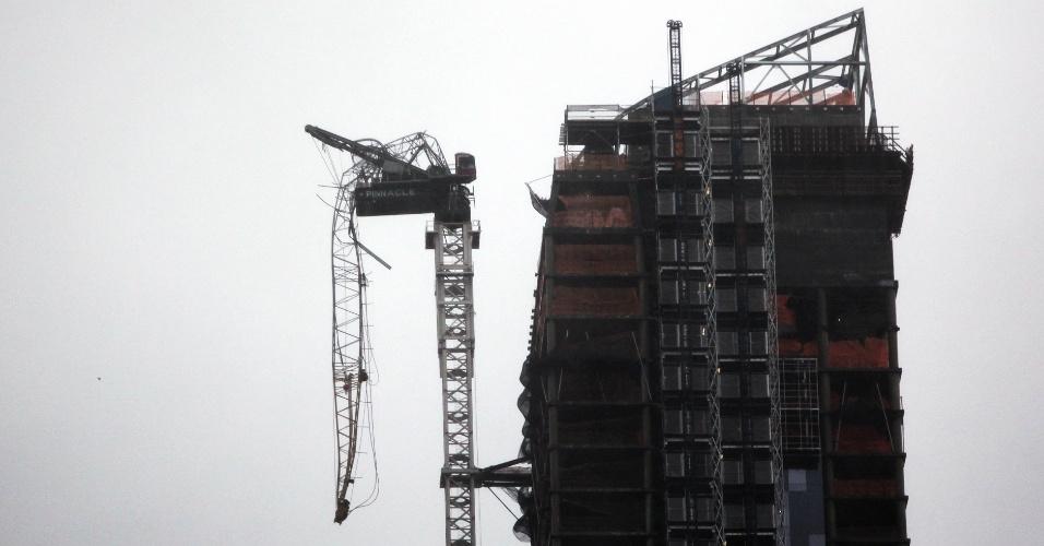 29.out.2012 - Um guindaste gigante se partiu parcialmente em um luxuoso edifício de Nova York próximo ao Central Park por causa dos fortes ventos provocados pelo furacão Sandy