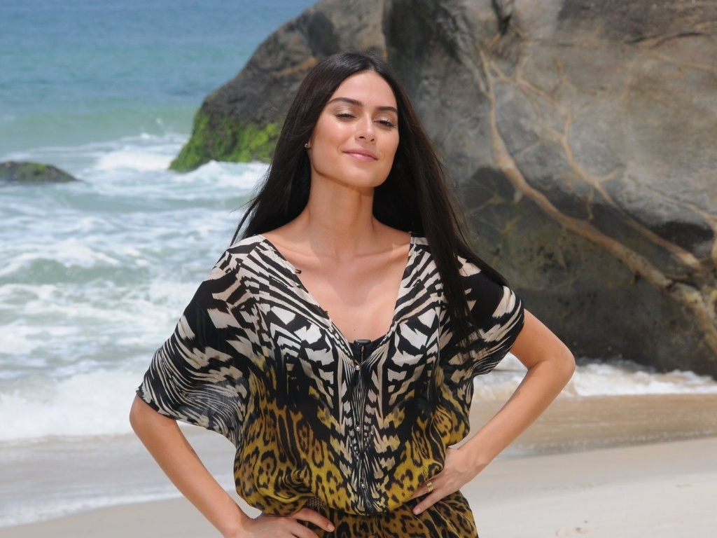 A atriz Thaila Ayala fotografou para a campanha de uma marca de cosmticos na praia do Grumari, zona oeste do Rio (29/10/12). Durante entrevista, ela contou que tem mais de cem pares de biquni e que estar no filme 