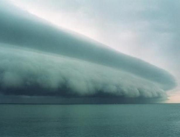 A foto acima volta à tona a cada furacão que atinge os Estados Unidos. Já circulou como sendo da tempestade Isaac, deste ano, e agora ''ilustra'' o furacão Sandy. Segundo o meteorologista Morgan Palmer, da ''Kiro TV'', trata-se de uma ''nuvem prateleira'' ou ''nuvem arco''. Ela se forma ao redor de tempestades, mas não nas tropicais, como é o caso do furacão Sandy. Veja em MAIS fotos reais do furacão