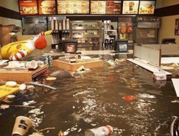 A lanchonete da rede de fast food aparece tomada pelas águas de enchente. Mas a foto, segundo o site ''BuzzFeed'' é uma instalação artística de um alemão chamada ''Flooded McDonald's'' (McDonald's inundado). Veja em MAIS fotos reais do furacão Sandy