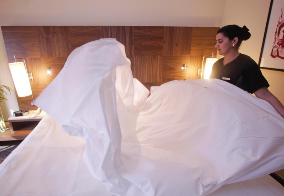 Após o tempo de arejo do colchão, estenda o primeiro lençol - a peça de baixo. Observe para que o lençol fique bem centralizado na cama.