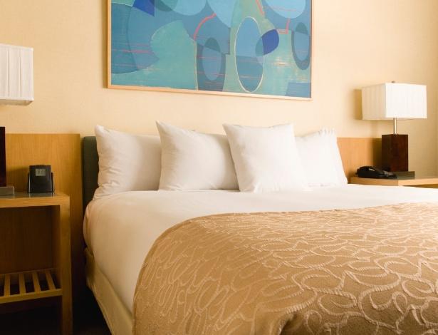 Para deixar a cama arrumada, com cara de quarto de hotel, basta seguir as dicas das dobras no lençol