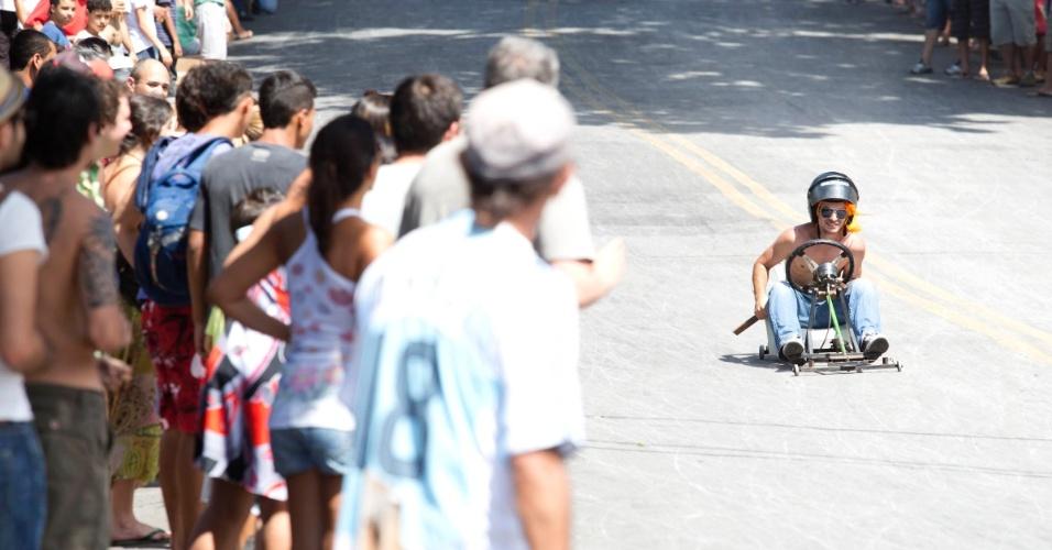 """Competidor participa do campeonato de descida de ladeira e manobras em carrinhos de rolimã na ladeira da rua Magi, na Zona Oeste de Belo Horizonte, no último sábado (27/10/2012). O evento, chamado de """"Mundialito de Rolimã do Abacate"""", teve o objetivo de incentivar a diversão nas ruas da capital mineira."""