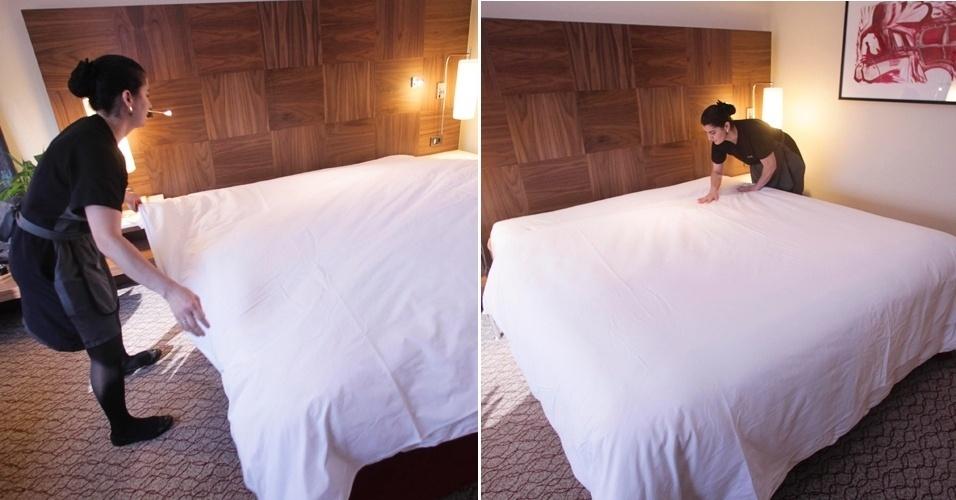 """Depois de """"envelopar"""" o segundo lençol, estenda o edredom ou a colcha sobre a cama. Centralize bem a peça e estique o tecido do edredom ou da colcha com a ajuda das mãos"""