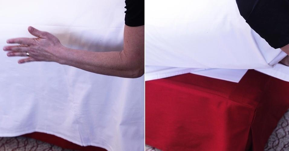 Estendido sobre a cama,  dobre o lençol somente nas laterais próximas ao pé da cama, colocando-o embaixo do colchão. A parte do lençol que fica ao pé da cama deve ficar solta.