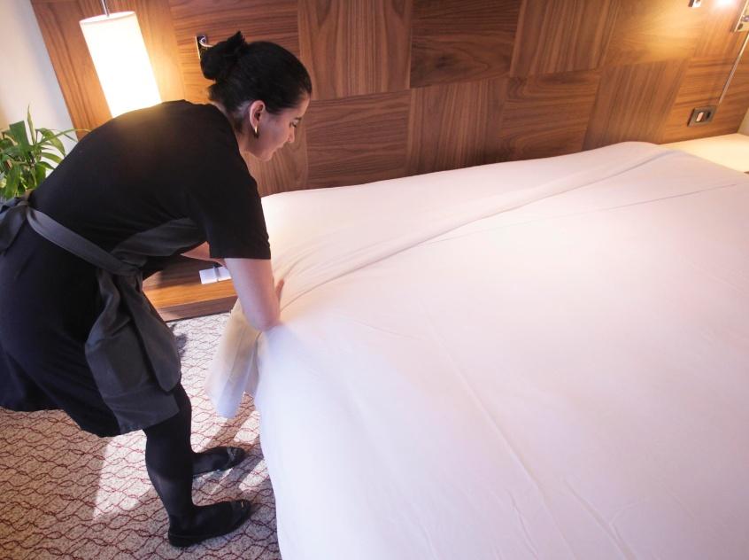 ...faça uma segunda dobra do segundo lençol sobre o edredom ou a colcha. Deixe o lençol bem firme e esticado